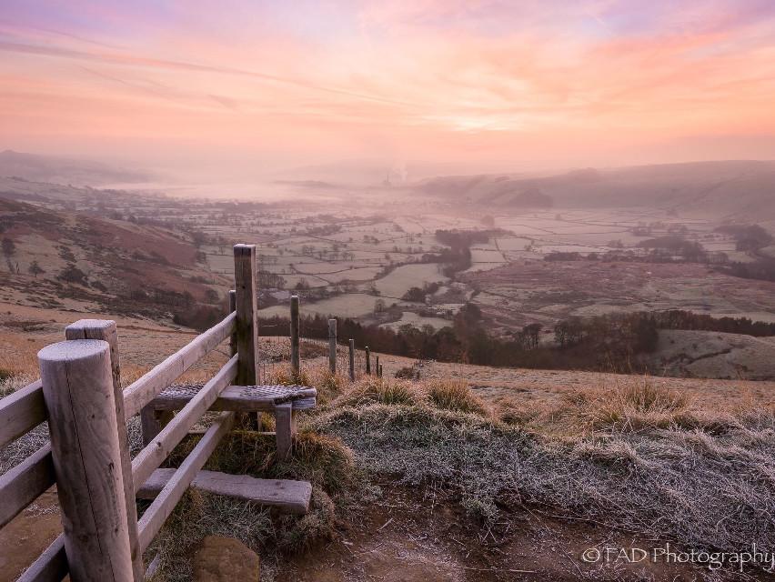 Monday morning on Mam Tor. #picsart #photography #landscapephotography #landscape #sunrise #stiles #goldenhour #peakdistrict #derbyshire #nature #naturephotography #fence #beautiful #outdoors
