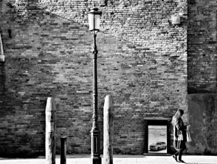 blackandwhite streetphotography woman lamp silhouette